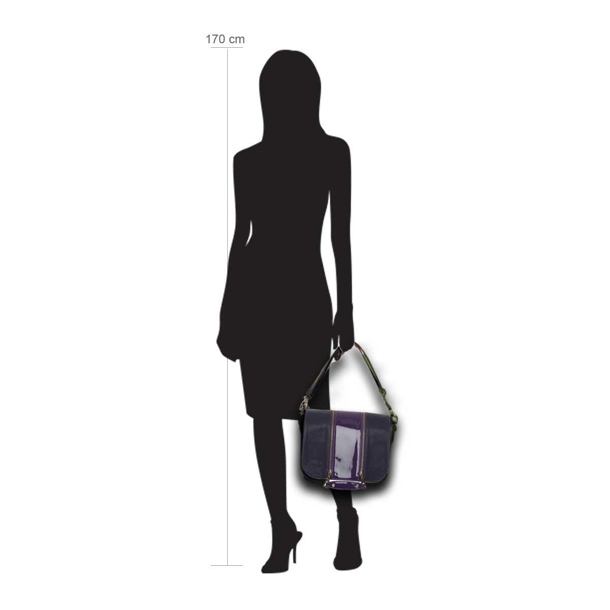 Modellpuppe 170 cm groß zeigt die Handtaschengröße an der Person Modell:Pinky