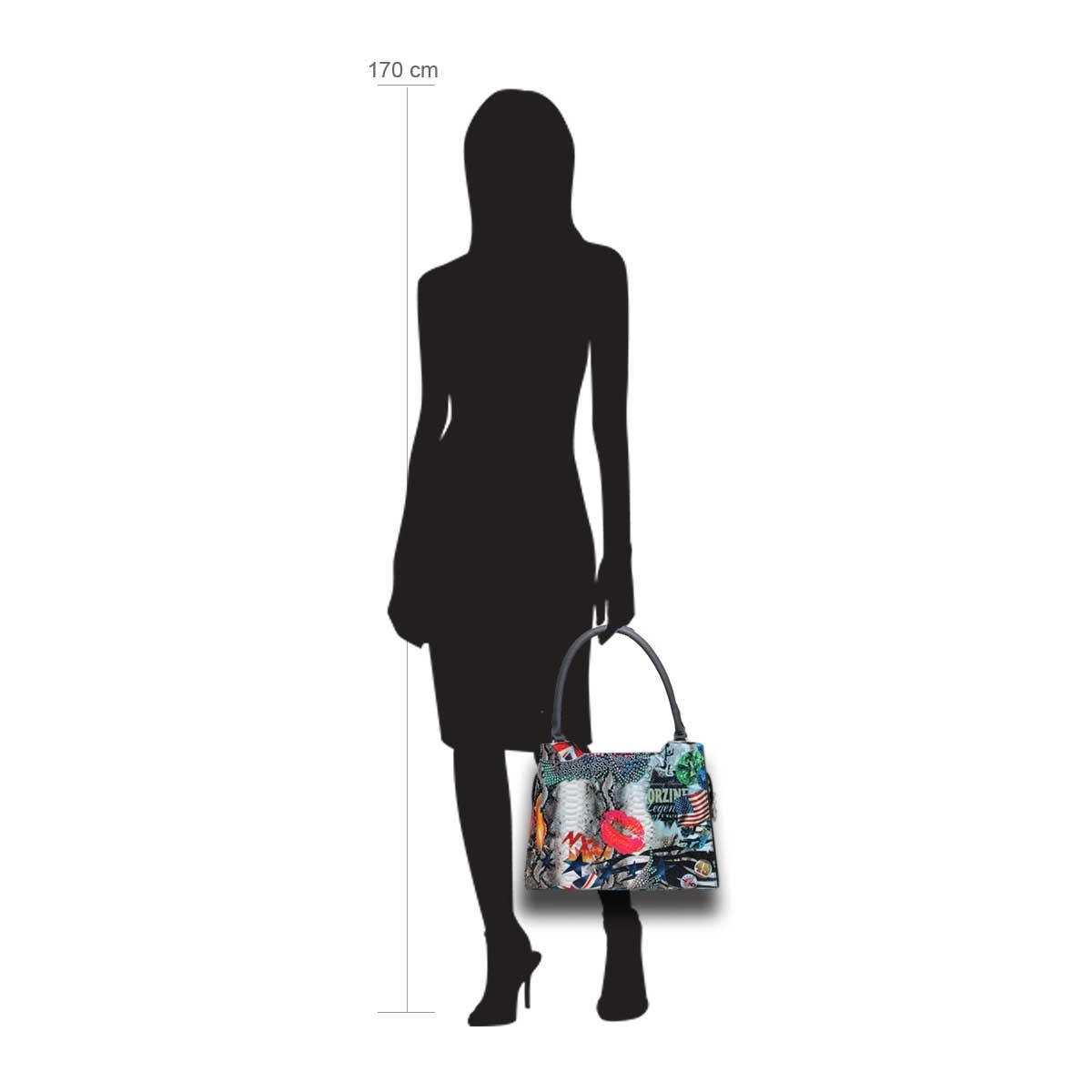Puppe 170 cm groß zeigt die Taschengröße an . Modell: Kissmit