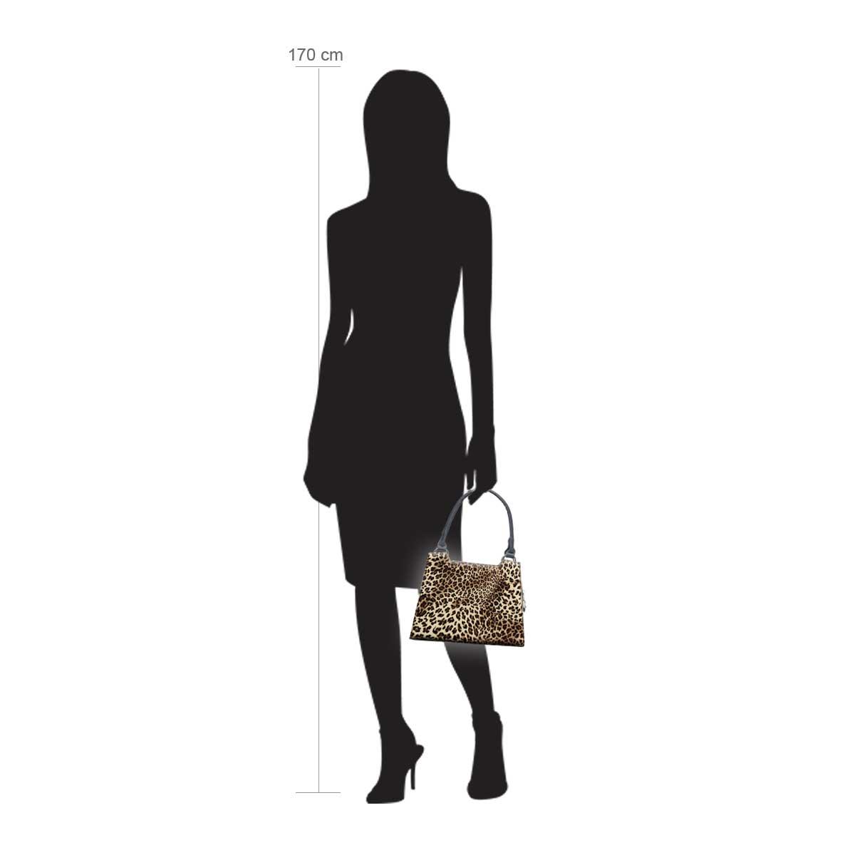 Modellpuppe 170 cm groß zeigt die Handtaschengröße an der Person Modell:Lombok