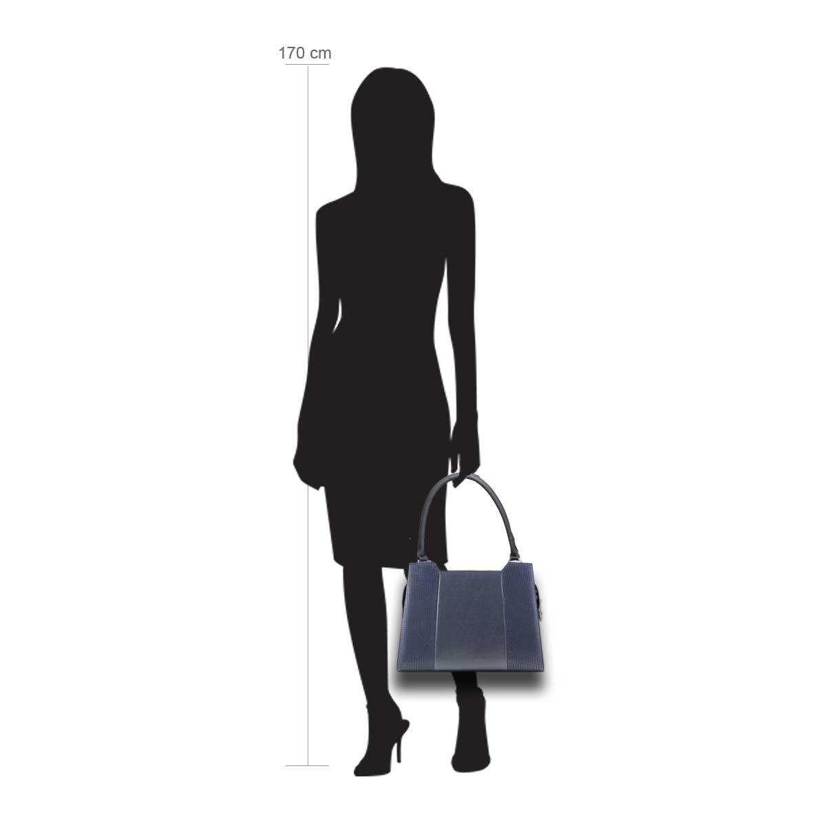 Puppe 170 cm groß zeigt die Taschengröße an . Modell: Korsika Blau