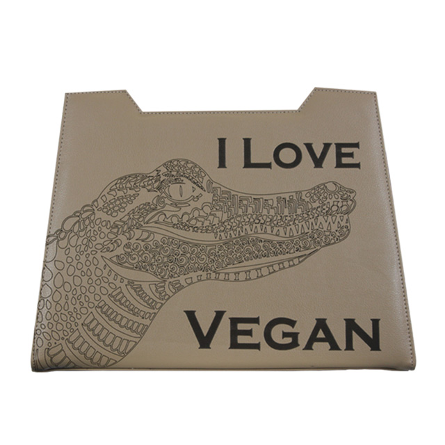 Sandfarbenes Design mit Alligator Gravur plus i love vegan