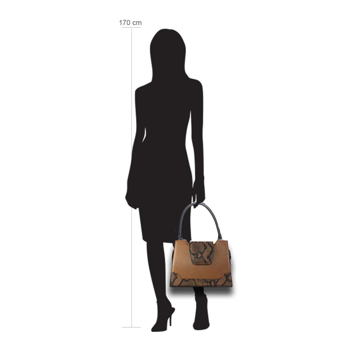 Puppe 170 cm groß zeigt die Taschengröße an . Modell: Madura braun
