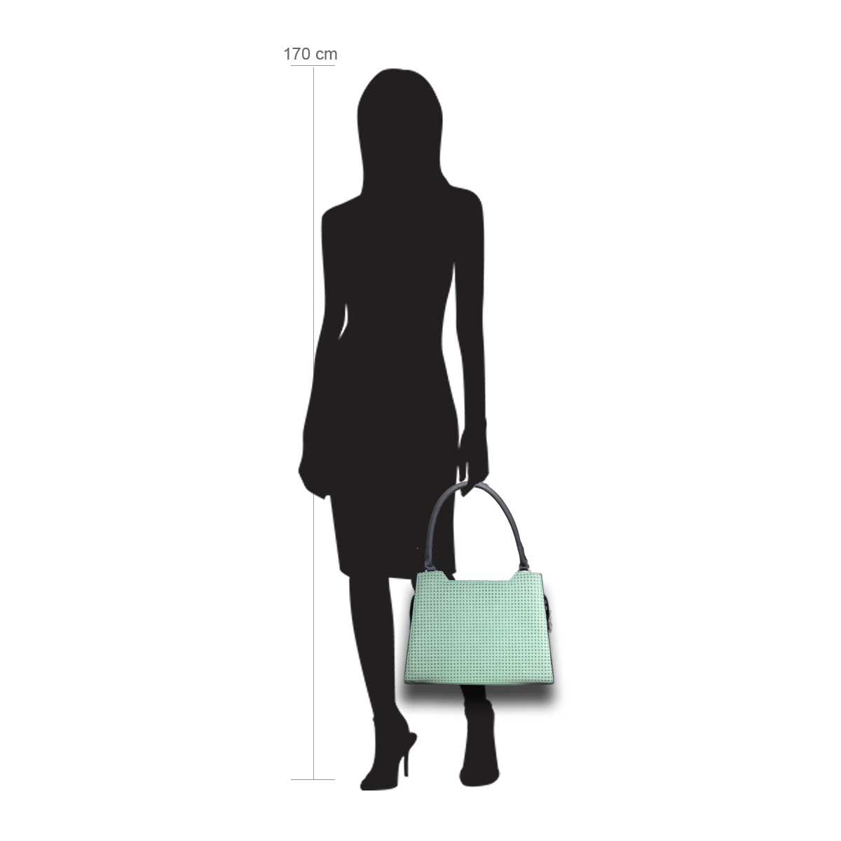 Puppe 170 cm groß zeigt die Taschengröße an . Modell: Linn