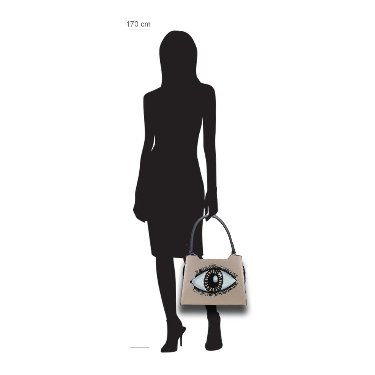 Puppe 170 cm groß zeigt die Taschengröße an . Modell: Magic Eye