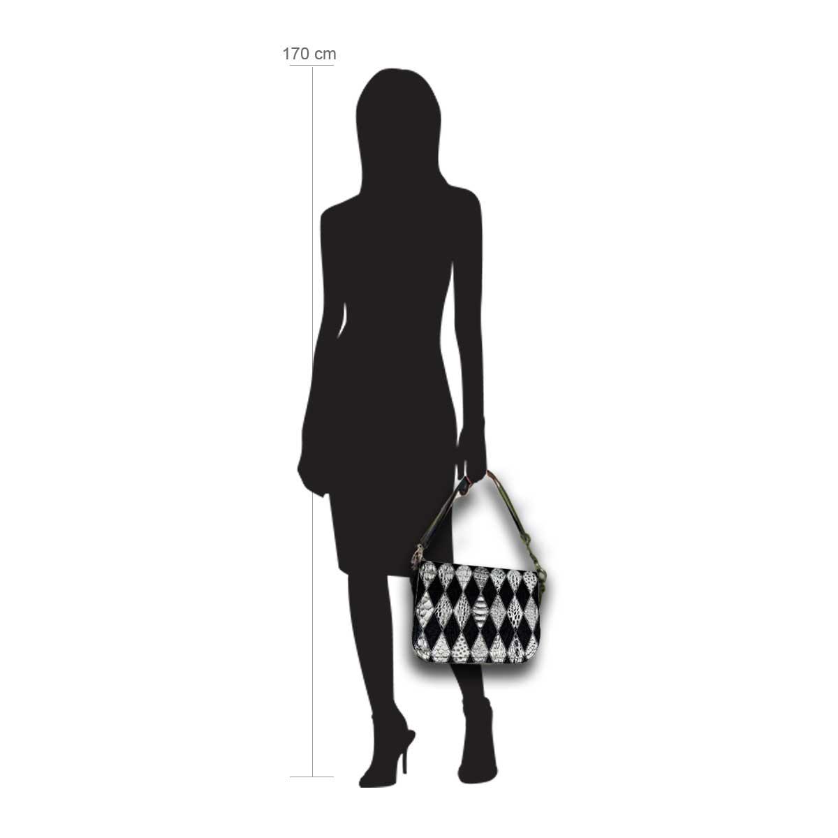 Modellpuppe 170 cm groß zeigt die Handtaschengröße an der Person Modell:Denver schwarz weiß