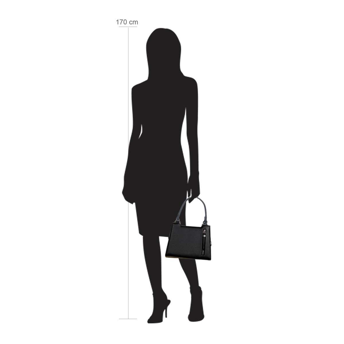 Modellpuppe 170 cm groß zeigt die Handtaschengröße an der Person Modell:Müritz