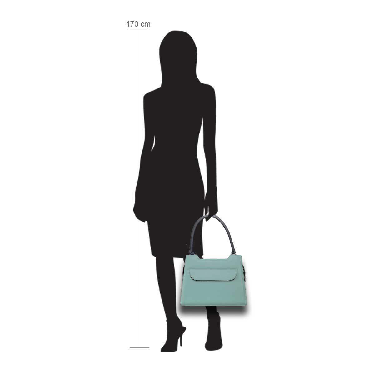 Puppe 170 cm groß zeigt die Taschengröße an . Modell: Lissabon mint