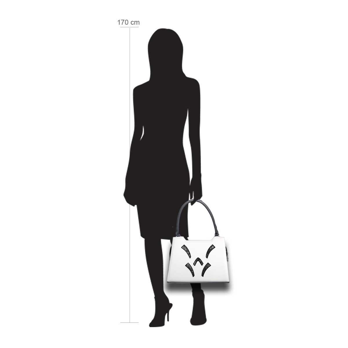 Puppe 170 cm groß zeigt die Taschengröße an . Modell: Florenz
